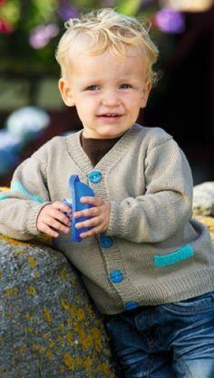 Strikkeopskrift på cardigan til drenge med sjove detaljer   Strik masser af børnetøj eller til dig selv   Se mange flere strikke- og hækleopskrifter her