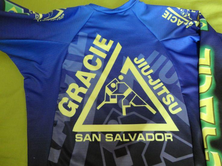 Rashguard de jiu-jitsu. Visión trasera con el logotipo de la escuela. Gracie San Salvador