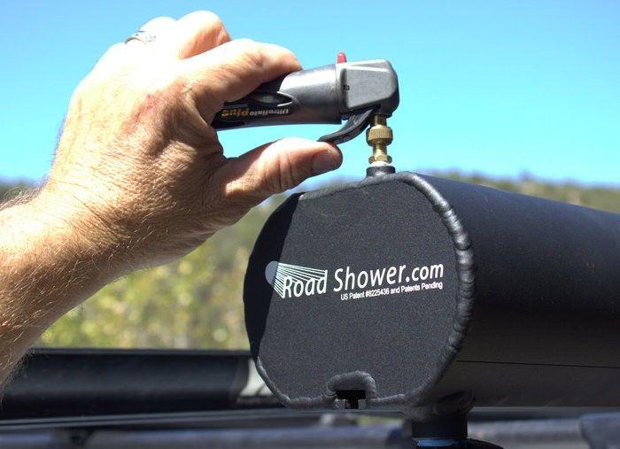 3 douche solaire qui se fixe sur le toit de son véhicule et permet d'avoir de l'eau chaude sous pression http://www.survival-gear.fr/soin-sante/douche-solaire-nouvelle-generation-road-shower.html