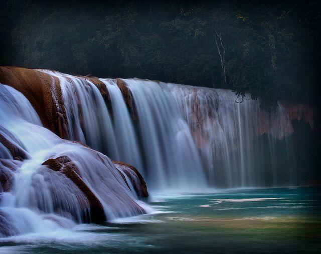 Paisajes: cascada de agua azul, una imagen perfecta para simbolizar la prosperidad en feng shui. Foto encontrada en Flick Creative Commons (DrCarlosAMG).
