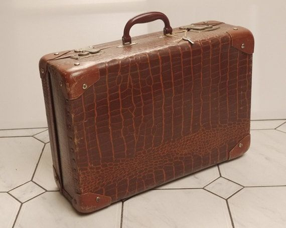 Valise en carton Année 50s imitation Crocodile . Vintage French Alligator, Crocodile Suitcase, Luggage  1950s . Retro Holliday Luggage