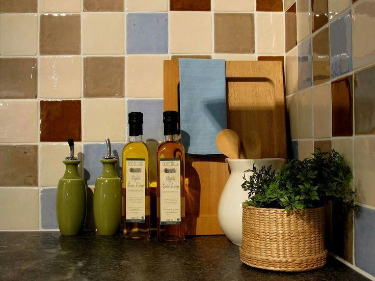 Een unieke spatwand in de keuken. hangevormde tegels, kleine tegels, gekleurde wandtegels, kleine faience, landelijk interieur, kleur in de keuken, tegels 10x10cm,beige wandtegels, blauwe wandtegels, bruine wandtegels, tegels keuken, keukentegels, badkamer tegels, douche tegels, spatwand, accentmuur