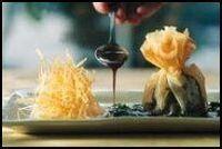 Nootjes van hindenfilet met veenbessen in filodeeg, ravioli van knolselder met stro-aardappelen, gestoofde spinazie en krachtige wildsaus