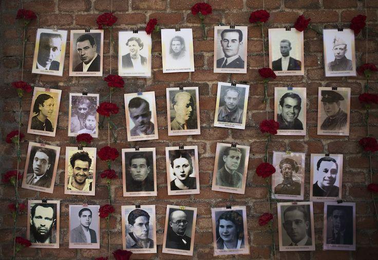 IlPost - Madrid, Spagna - Foto di persone uccise dalla forze di Franco nella Guerra Civile Spagnola (1936-1939) appese al muro del cimitero dell'Almudena durante una celebrazione in vista dell'anniversario della Seconda repubblica spagnola, proclamata il 14 aprile 1931.  (AP Photo/Andres Kudacki)