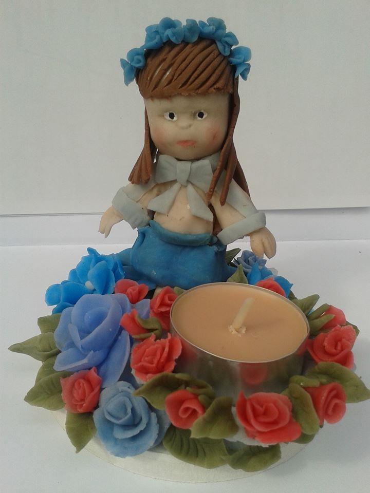 świecznik wykonany od podstaw z zimnej porcelany.