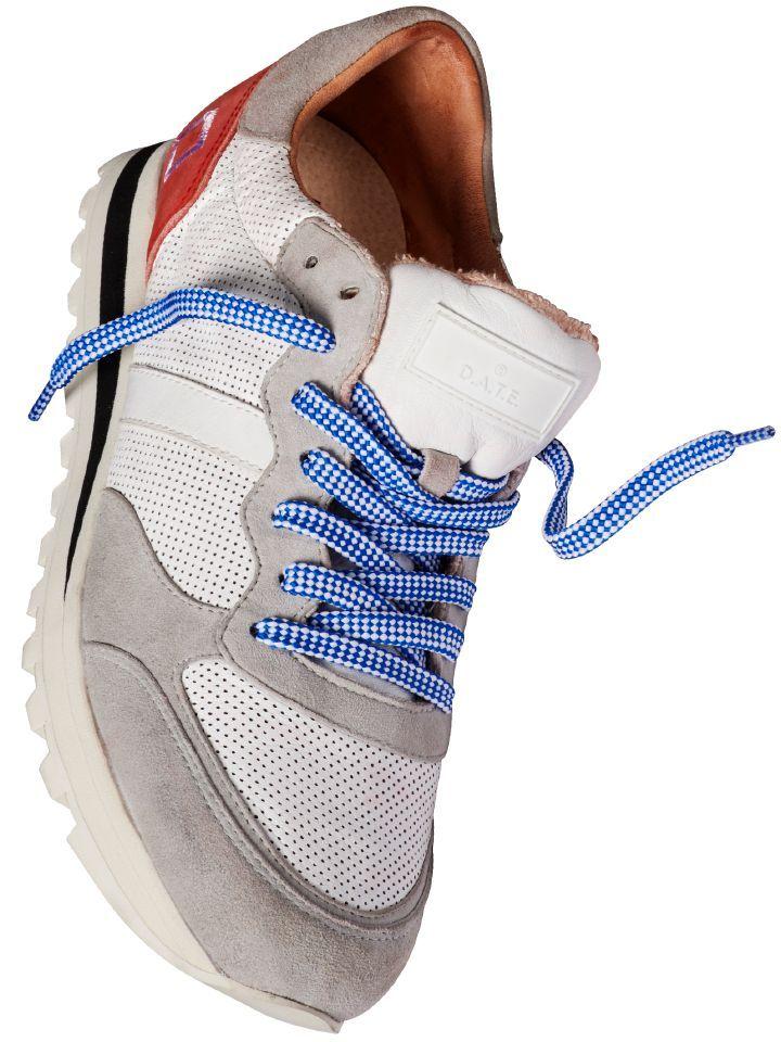 BOSTON-SNEAKER #sneaker von D.A.T.E. Vier Mal #Leder, vier Mal anders. Perforiert, strukturiert, glatt, angeraut und so kombiniert, dass am Ende ein überzeugendes #Schuhdesign steht. Stimmige Farbkombi aus #Weiß, #Grau und #Rot und blau/weißen Schnürsenkeln. Perfekt zu #Jeans und #Chinos und dank des schwarzen Streifens in der Sohle passt der Sneaker auch zu schwarzen Hosen. www.mey-edlich.de