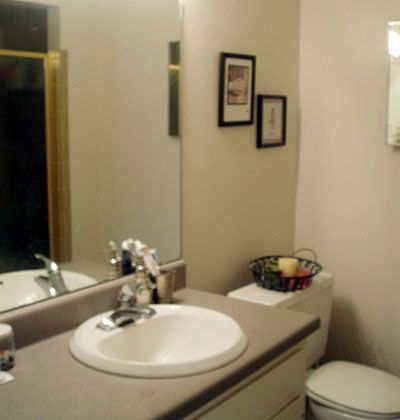 Budget bathroom makeover. The before picture, a seventies-style bathroom.