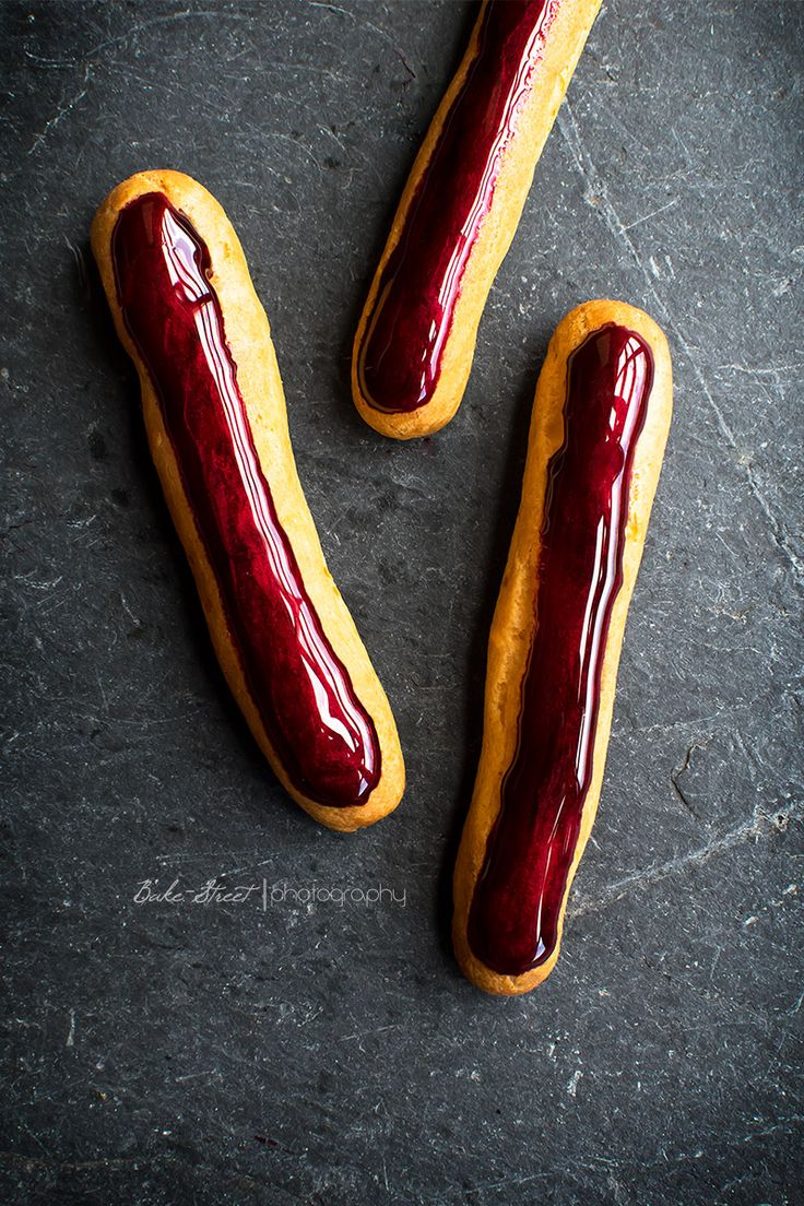 Éclairs de remolacha y polvo de Rubí - Bake-Street.comCHOUX FOR THE DOUGH :  Milk 125 g 125 g water 140 g of wheat flour 115 g of butter 1/2 teaspoon salt 1/2 teaspoon sweetener Truvia 4 eggs M size at about room temperature ( depends on our mass) CURD FOR BEET AND PEPPER OF JAMAICA:  200 g of cooked beet 6 large egg yolks 130 g unsalted butter 60 g of sweetener Truvia 1 tablespoon freshly squeezed lime juice ( 1 Tbsp ) 6 pink peppercorns RUBI DUST GLAZE :  60 g of Corn Syrup Claret dye…