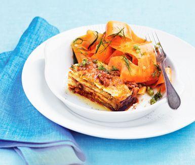 Auberginegratäng med mozzarella och morotssallad