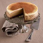 La base di biscotto al cioccolato si sposa alla crema al profumo di caffè: prova la ricetta del cheesecake al cappuccino!