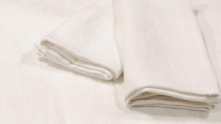 Servilletas Luxury lino 100% blanco, 400gr/m2. Pack de 5 unidades  El aspecto de la mantelería es realmente precioso, es un lino 100% tupido y muy suave, con un peso contundente de 400 gramos el m2, este peso aporta una caida digna de un gran artículo y con una resistencia y durabilidad excepcional.Esta mantelería está pensada para cada día, siempre será adecuada, al ser blanca es …