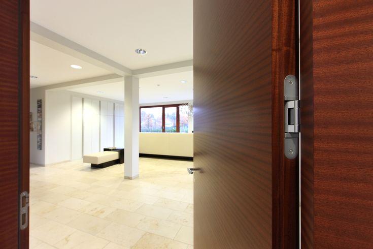 Los productos arquitectónicos dirigidos a puertas, son productos representativos de alta calidad, brindando confiabilidad, como lo son las bisagras TECTUS, burletes PLANET, sellos perimetrales y manijas HOPPE, MANDELLI, VALLI & VALLI y Fusital