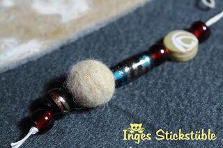 Inges Stickstüble - Taschenbaumler / Anhänger mit einer Kugel aus Katzenhaaren.