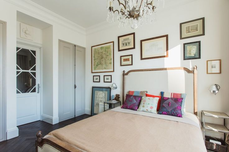 Светлая квартира архитектора всталинском доме. Кухня и спальня получили симметричные двойные стеклянные двери, по осям которых расположены три люстры Labyrinthe Interiors: освещение гостиной, спальни и кухни.