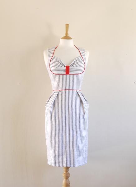 Cette robe d'été classique est d'une qualité fine et blanche lin irlandais avec une tige mince ligne bleue marine. La robe a un corsage bustier équ...