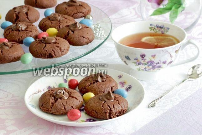 Печенье «Шоколадные трещинки» Не хотите ли рассыпчатого шоколадного печенья к чашечке утреннего кофе? Нежный запах ванили и привкус шоколада, что ещё нужно для удовольствия? Тогда остаётся всего лишь смешать все ингредиенты и быстро испечь печенье. Не волнуйтесь, всё успеете. Тесто очень простое, в его состав не входят яйца. Если хочется получить более гладкую структуру печенья, то следует подольше вымешивать тесто. Но, для более рассыпчатой структуры, я не советую затягивать этот…