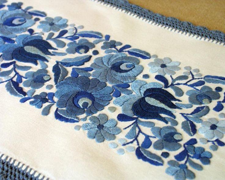 kék kalocsai http://www.folk-art-hungary.com/images/embroidered-tablecloths/TABLE-MK-SM-BLU-220d.jpg