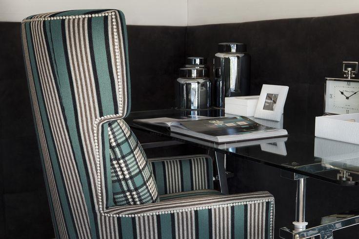 Ein Highlight an sich ist dieser türkise Stuhl von FINE, als Hingucker perfekt für jeden Raum.
