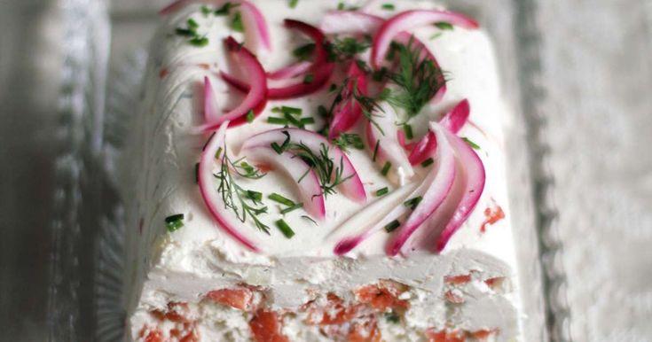 Täyteläinen lohi-moussekakku on juhlapöydän varma suosikki. Kermavaahdon ja ranskankerman yhdistelmä on pehmeän samettinen ja etikkaiset sipulit kruunaavat herkun. Kakun voi tehdä jääkaappiin odottamaan jo edellisenä iltana.