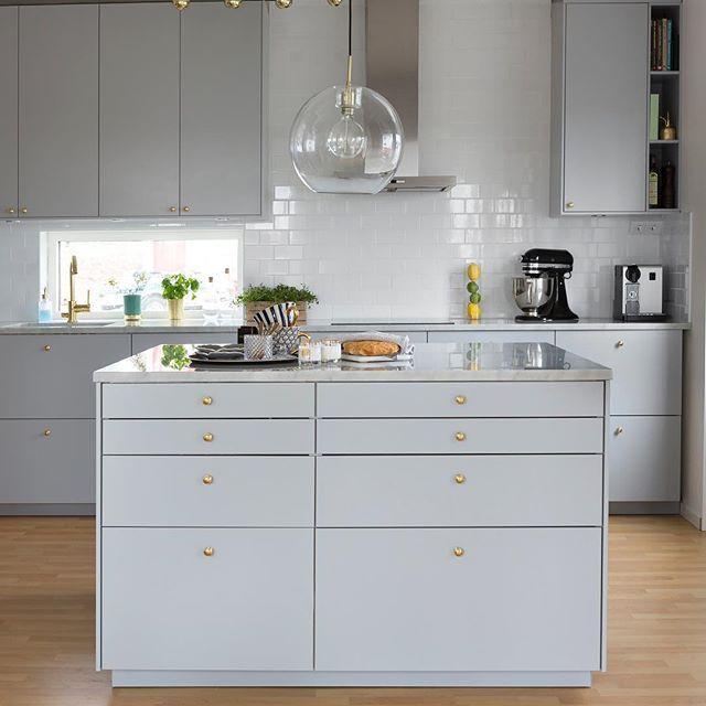Mitt kök  ______________foto @fotosara_s ________________________ #angelicashem #kök #köksinpo #kitchen #köksö #gråttkök #marmor #marmorbänk #veddinge #ikea #mässing #bosch #tapwell #design #kitchen #kitchendesign #kitcheninspo #köksdetaljer #köksinspiration #greykitchen #design #inredning #inredningsinspiration #inredningsdetaljer #interiör #scandinavianhomes #scandinaviandesign #nordiskehjem
