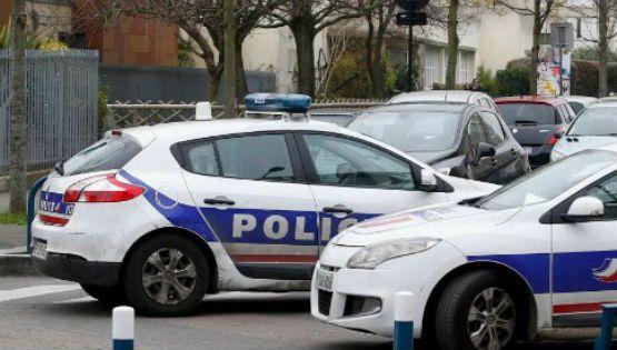Parigi, maestro accoltellato a scuola. Uomo del'ISIS crea paura