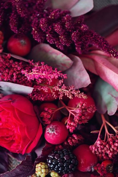 Red & Pink Wedding color scheme and floral autumn inspiration in red & berry tones