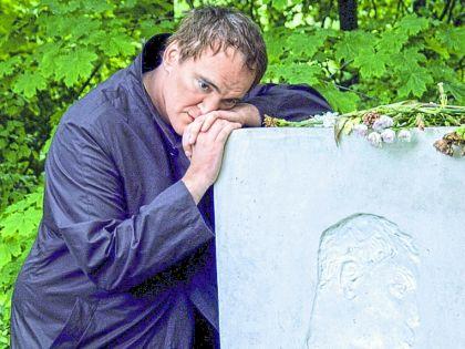 2004 год. Переделкино. Квентин Тарантино на могиле Бориса Пастернака, своего литературного кумира с самого детства