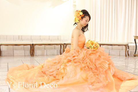 こちらの新婦さんのお色直しのときのご様子です。白ドレスから淡いオレンジ色のふわっとしたドレスにお召し替えです。スカート部分のふわふわした感じも華やかでとっ...
