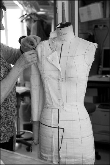 the making of a Chanel haute couture jacket, notice the lines on mannequines, theory of grain match which contradicts to general pattern knowledge.