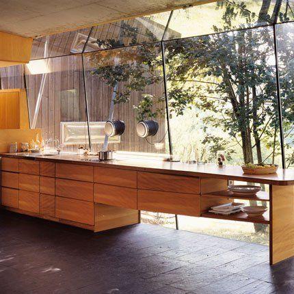 un très beau meuble en cèdre réunit intelligemment tous les éléments de cuisine dont un évier en inox doté d'une plage en inox elle aussi qui fait toute la largeur du plan de travail