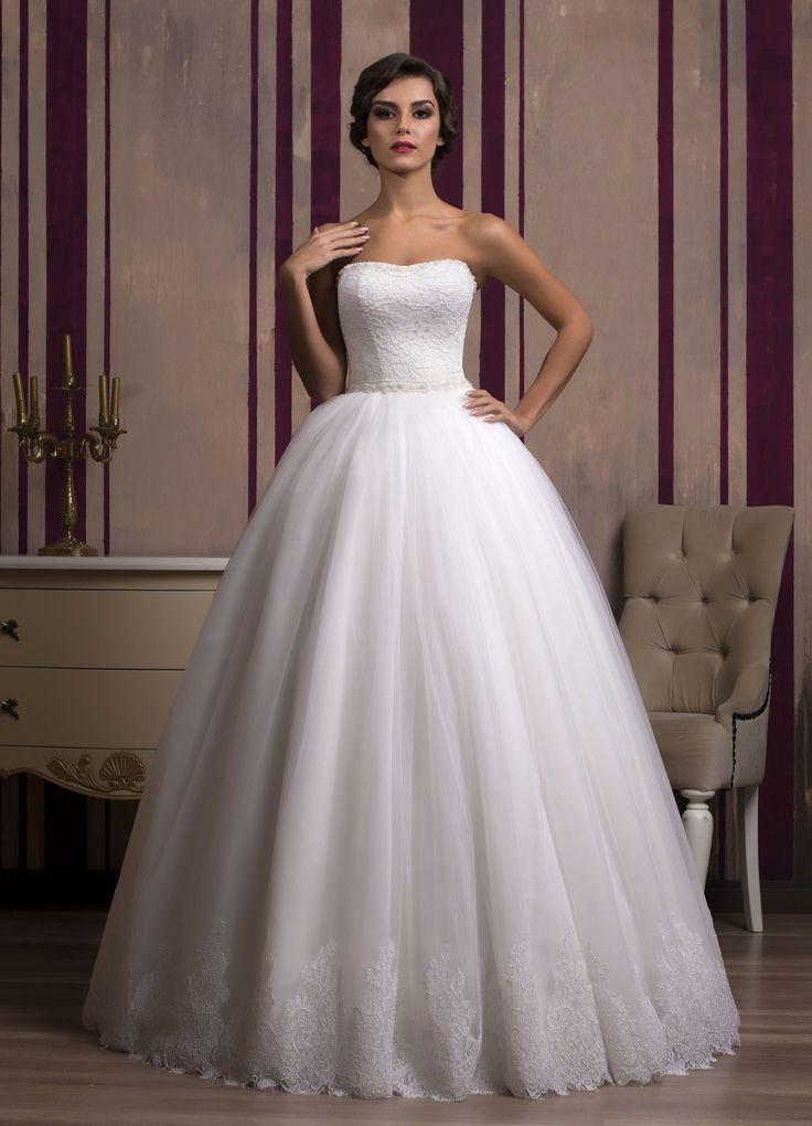 Nádherné svadobné šaty so širokou sukňou zdobenou čipkou a čipkovaným živôtikom