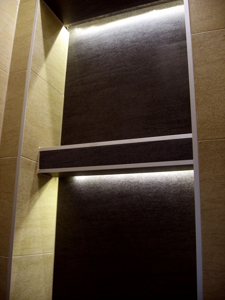 malutka toaleta, płytka gresowa 650 x 650mm, podświetlenie półek taśmą LED, listwy aluminiowe na wykończeniach