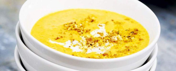 Marokkaanse linzensoep met pittige harissa en chili, wortel, tomaat en knoflook. Wordt opgediend met een frisse yoghurtdipsaus. Recept Santa Maria kruiden.