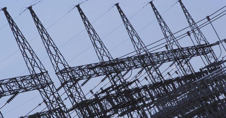 Métodos de partida de motores de indução trifásicos. Um motor de indução trifásico utiliza três fases de corrente alternada de energia elétrica para fornecer eletricidade aos dispositivos aos quais se conecta. No sistema trifásico, três condutores de circuito entregam três correntes alternadas da mesma frequência a um destino. Redes elétricas de distribuição de energia, grandes motores e cargas ...