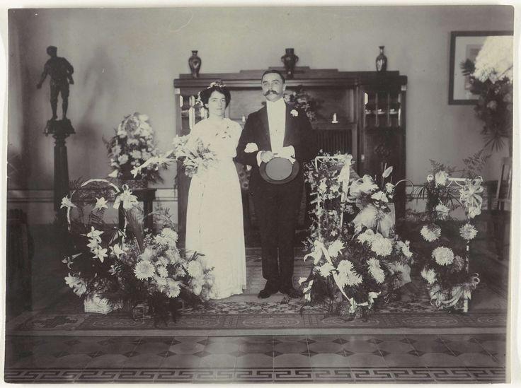 Anonymous | Het echtpaar Letterie in hun woning, Anonymous, 1913 | Het echtpaar Letterie in hun woning. De foto is genomen naar aanleiding van hun huwelijk in 1913.