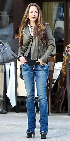 KATE DEL CASTILLO    Luciendo un estilo cómodo y casual nos encontramos a la actriz por las calles de Beverly Hills. La mexicana combinó una blusa blanca con una chaqueta de cuero, jeans y botas negras con plataformas altísimas.