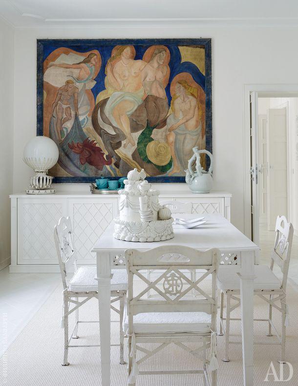 Столовая. Картина на стене, образчик польского ар-деко, была куплена вместе с домом — нашлась в кладовой. Стулья французские, стояли когда-то в парижском ресторане. На столе торт из папье-маше.