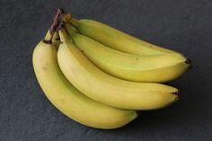 Avete mai pensato di pulire la vostra casa con ingredienti del tutto naturali? La buccia di banana può essere un valido alleato per prendervi cura della casa, del vostro giardino e persino della vostra bellezza. Ecco 10 utilizzi inaspettati della buccia di banana.