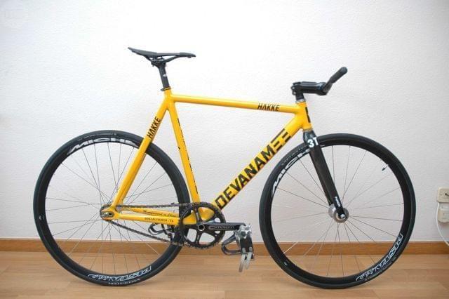 . Vendo Bicicleta de pista con geometr�a low-pro, montada con componentes de calidad, en perfecto estado y funcionamiento. Montaje: Cuadro Devanam compacto tipo Low-pro, en aluminio con soldaduras pulidas y punteras con insertos de acero. Horquilla de car