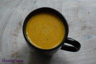 Le lait d'or, un concentré de bienfaits pour notre santé - Herbio'tiful | Le lait d'or est une boisson ayurvédique à base de curcuma. Cette boisson a été mise au point par Yogi Bhajan, maître de Kundalini Yoga qui la conseillé à