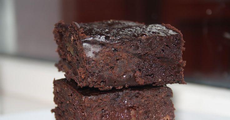 Veganeren: Black bean fudge browniesIngredienser til en liten langpanne:  1 boks (425 gram) sorte bønner 2,5 dl vann 3,5 dl hvetemel 1 ts salt 1 ts bakepulver 5 dl sukker (kan sikkert ha i mindre, jeg fulgte oppskriften) 3 dl kakaopulver 2 ts vaniljesukker (helst med ren vanilje) 2 dl hakkede valnøtter 100 gram hakket, mørk kokesjokolade