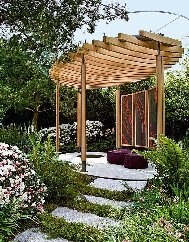 Современная версия беседки была сделана специально для садовой выставки в Челси. У нее двойная крыша: деревянная решетка защищает от солнца, а плексиглас от дождя. Хороший вариант для стран с капризным климатом, вроде Англии или России.