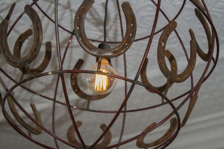 La lámpara central está hecha de herraduras. #lampara #hotelboutique #chile #magallanes #travel #puntaarenas