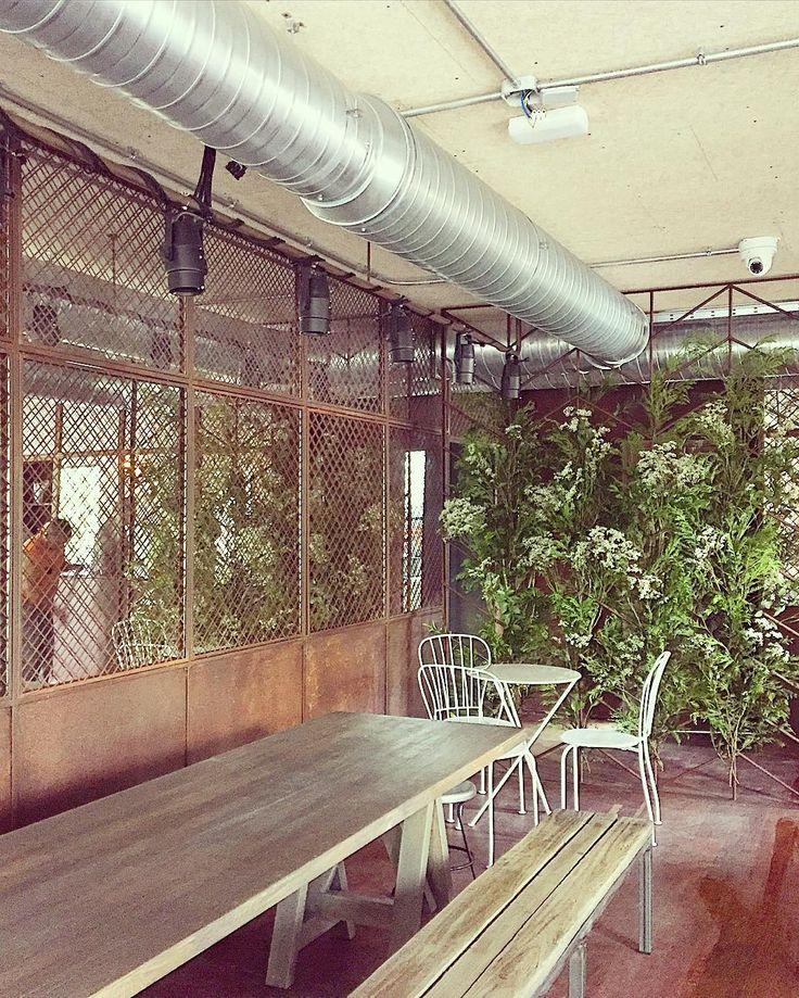 Tierra Burrito Bar Serrano. Plantea Estudio. #flowerpower #greenwall #rusted #tierraburrito #industrial #interiordesign #architecture #restaurant