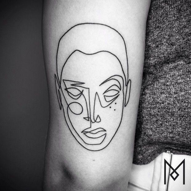Ça fait quelques mois que je suis les tatouages de l'artiste allemand, basé à Berlin, Mo Ganji. Exit les couleurs, les ombrages, les aplats et autres fioritures, Mo Ganji réalise des tatouages exclusivement en noir et ses dessins sont très simples, juste quelques lignes et points.  Son but est de concevoir des tatouages ayant un fort impact graphique mais avec un minimum de traits. Son univers est floral, animal, il conçoit également pas mal de portraits.