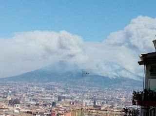 Vesuvio, continuano i roghi: rischio frane Il Vesuvio continua a bruciare e ci sono enormi rischi per la popolazione che risiede ai piedi di una delle montagne più pericolose al  mondo. Gli esperti fanno sapere che la cenere che si deposita s