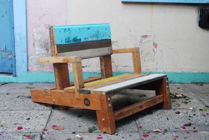 Reposeras hechas con maderas recicladas.