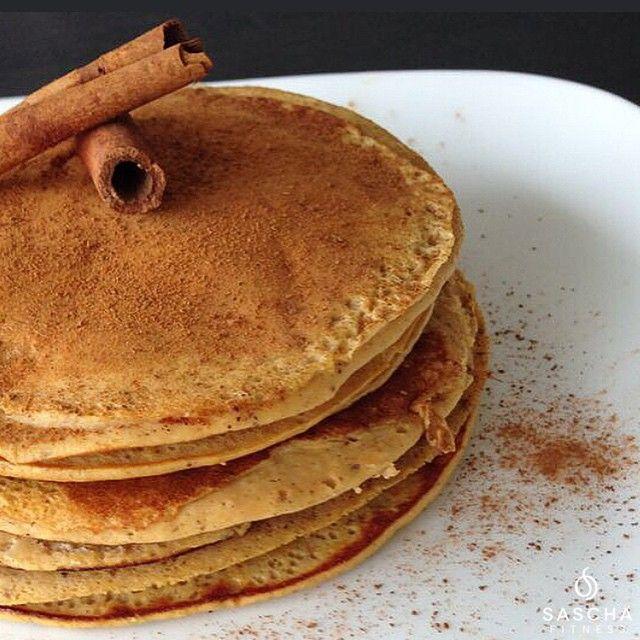 Panquecas de auyama/zapallo/calabaza.  Licua: 4-5 claras. 1/2 taza de auyama cocida; hazla horneada para que quede más rica.  1/4 de taza de harina de avena o 1/3 de taza de avena en hojuelas. 1 cucharadita de canela. Stevia al gusto. 3 cucharadas de agua o leche de almendras.  Preparalas en sartén de teflón o cerámica, con un chorrito de spray anti adherente o una cucharadita de aceite de coco bien esparcida.  Estas panquecas son deliciosas!!! Y super saludables! Si quieres cenarlas…