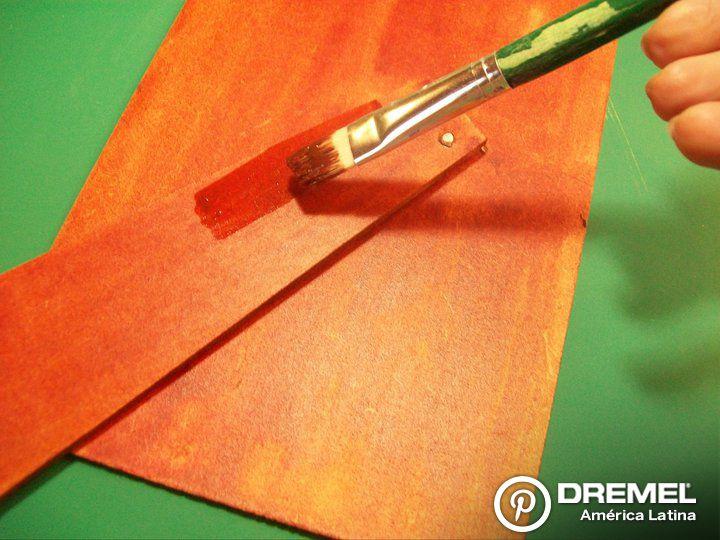 Paso 9) Pintar con barniz al agua ( color a elección) la parte posterior del portarretratos.