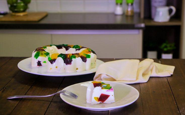 Prepara esta deliciosa gelatina mosaico. Te encantará su consistencia y su sabor, cremosa y suave que el Yoghurt Estilo Griego FAGE Total® 0% le da a esta riquísima gelatina. Es súper sencilla y la puedes hacer con días de anticipación.
